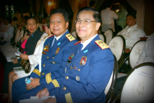 PNP 12 Regional Director Jake Cataluna (left) and unnamed companion smile for Bariles camera while waiting for PGMA to arrive.  The top PNP brass were there for the Kalasag Awards.