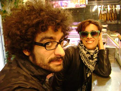 La foto ganadora: dos desconocidos posando para Marta, quien recibió un libro de fotografía como premio.