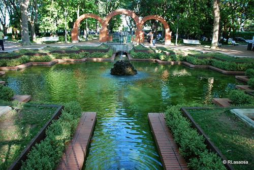 Con una extensión de 67.000 metros cuadrados, se ubica en uno de los extremos del antiguo recinto amurallado de la ciudad, entre el Baluarte de San Bartolomé y la avenida Baja Navarra, que conecta Pamplona con la salida hacia Francia por Irún.