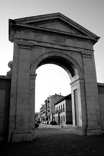 La Puerta de Madrid al atardecer (B&N)