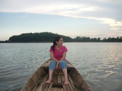 Bơi xuồng ngắm cảnh trên sông