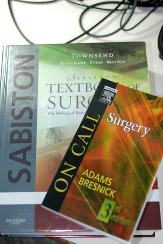 有些書是一定要買來供奉的,內科 Harrison,外科當然是 Sabiston