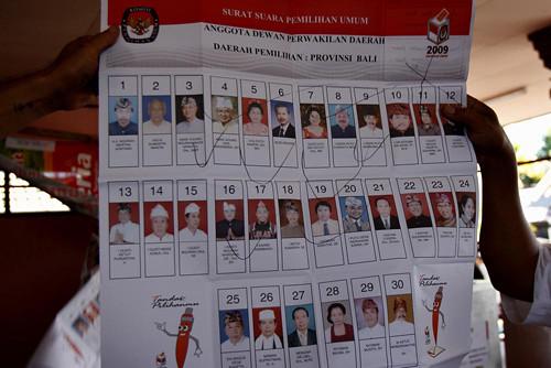 Panitia Pemilihan Umum membuka kertas suara  yang di centang/contreng berkali-kali saat penghitungan suara di Banjar Tanjungbungkak Kelod, Desa Sumerta, Denpasar.