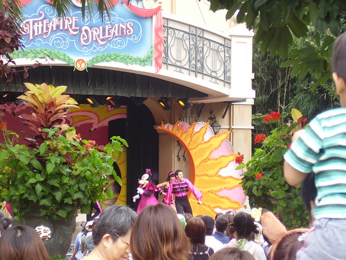 Outdoor stageshow featuring a rollerskating and dancing Minnie!