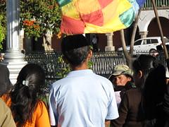Un militant de la cause indienne arrangue la foule sur la plaza d'Ayacucho
