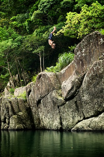 Ed back-flips off a big rock near Wulai, Taiwan (台灣烏來)