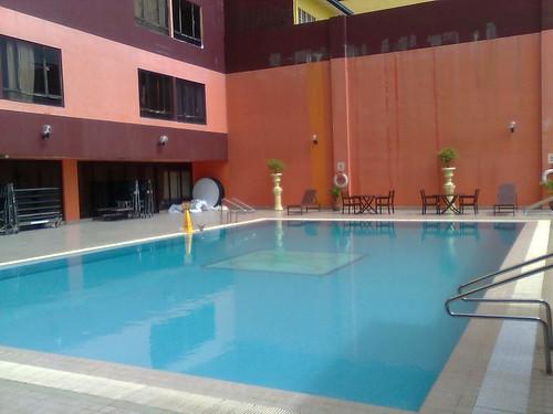 Swimming pool di sebelah Dewan Taklimat