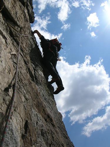 Stagliato tra cielo e roccia
