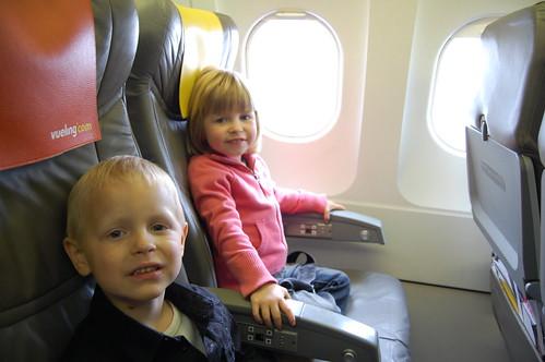 Rune en Elle op het vliegtuig