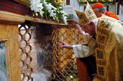 Benedetto XVI a San Paolo Fuori le Mura, davanti al sepolcro dellapostolo.