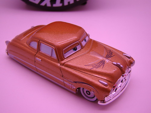 Tomica Doc Pin striped gold