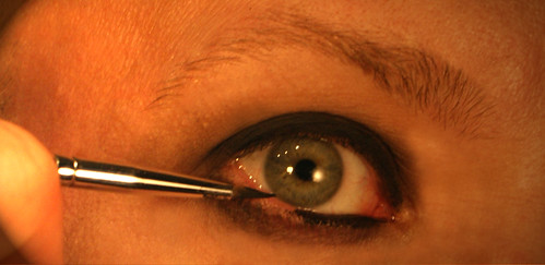 Using gel liner on the rim of the eye