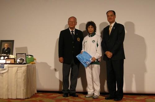 813大會歡送晚宴游泳隊領隊余少芬(中)與亞洲泳聯秘書長張秋平(右)及日本泳協會長佐野和夫(左)合照
