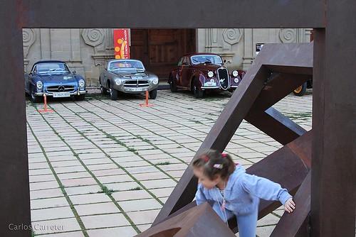 Jugando ante los coches
