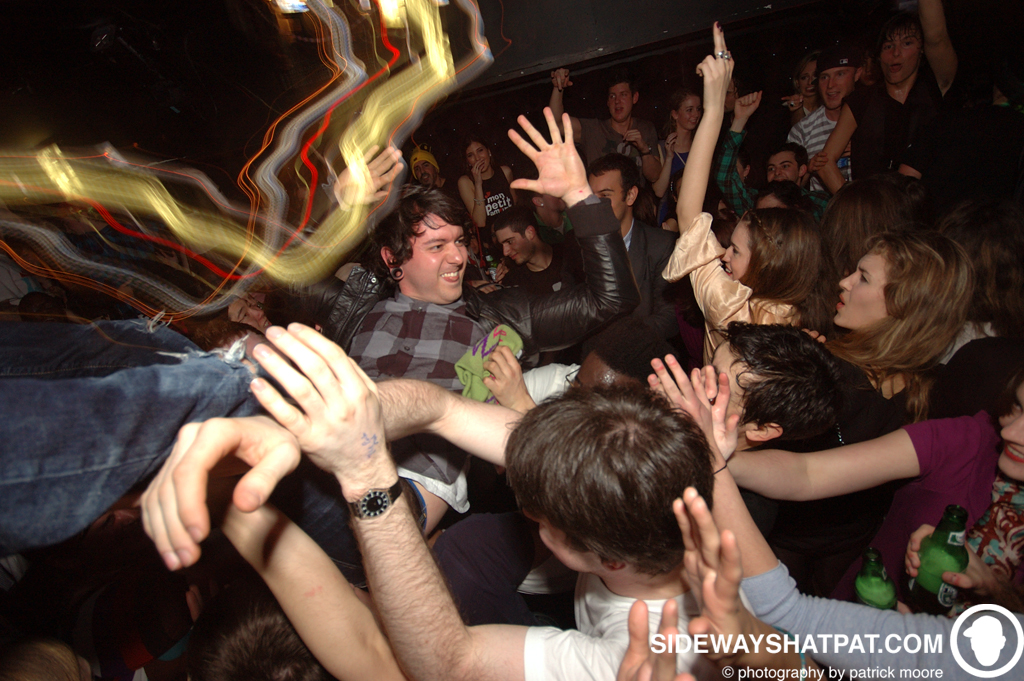DLYF_022609_crowd_surf-018