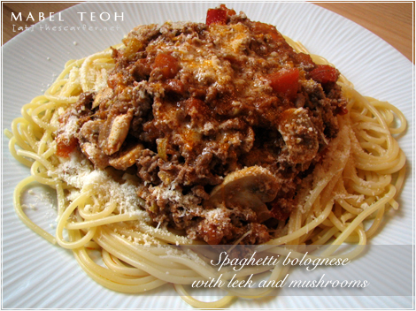 Spaghetti bolognese with leek and mushrooms