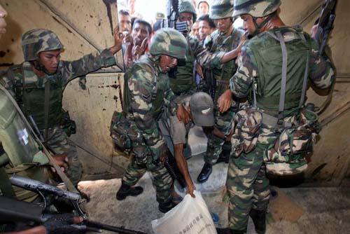 Tentara Diraja Malaysia berusaha menutup gudang beras Pemerintah Timor Leste yang isinya telah habis dijarah warga karena bahan makanan mulai sulit mereka dapatkan sejak kerusuhan yang disebabkan krisis politik di Dili.