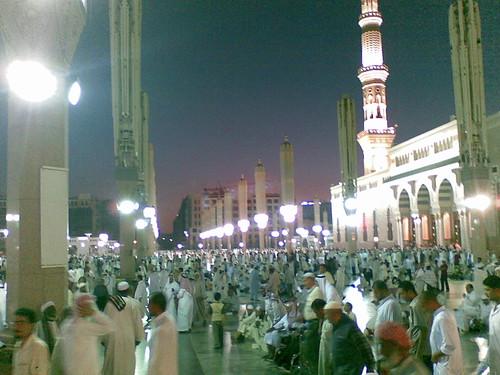 Perkarangan Masjid Nabawi, Madinah setelah selesai solat Maghrib.