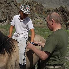 Wladimir Putin schenkt einem Hirtenjungen sein...