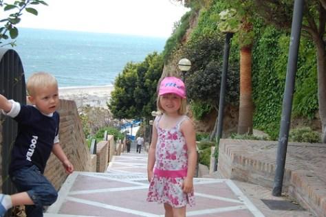 Rune en Elle op de trappen richting strand