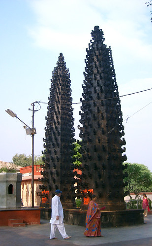 Templo de Harsiddhi: torres con pebeteros.