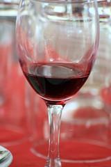 détail de verre de vin rouge (ORANGE,FR84)