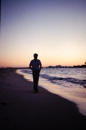 Paseo por la playa de Samil al atardecer (1978)