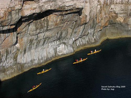 Under the cliffs of Mana
