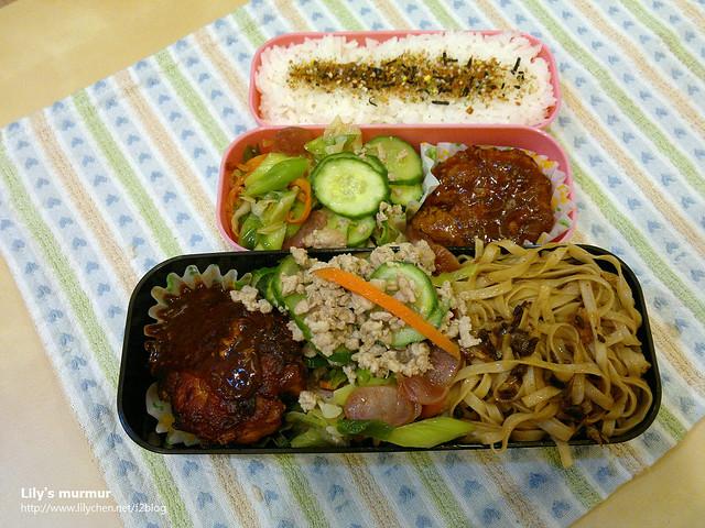 主菜是茄汁漢堡排,配菜是蒜苗炒嘟嘟腸及肉末小黃瓜。