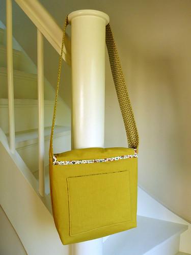 Messenger bag - back with pocket