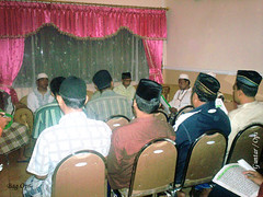 Anggota Polres sedang melafadzkan ayat - ayat suci Al-Quran