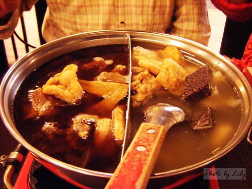 我們點的海鮮/羊肉爐鴛鴦鍋。
