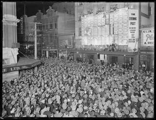Crowd in Willis Street, Wellington, awaiting t...