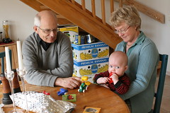 Ava med morfar och mormor