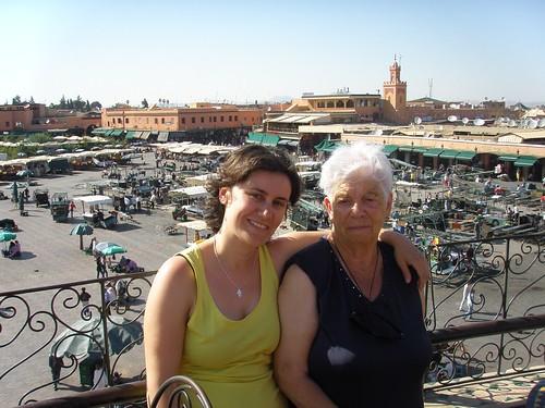 Cris i iaia Maria, amb la plaça Jema el Fna al fons