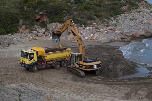 Cargando arena en el camión