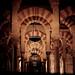 Arcos e Pilares - O teto da catedral de córdoba é apoiado por 850 colunas de mármore, granito e jaspe que criam um espetacular efeito visual.