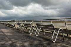 Estacade de Nieuport sous un ciel chargé et mer forte