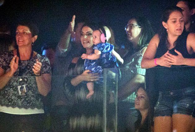 Grávida, Thais Fersoza assiste gravação do DVD de Michel Teló com Melinda no colo