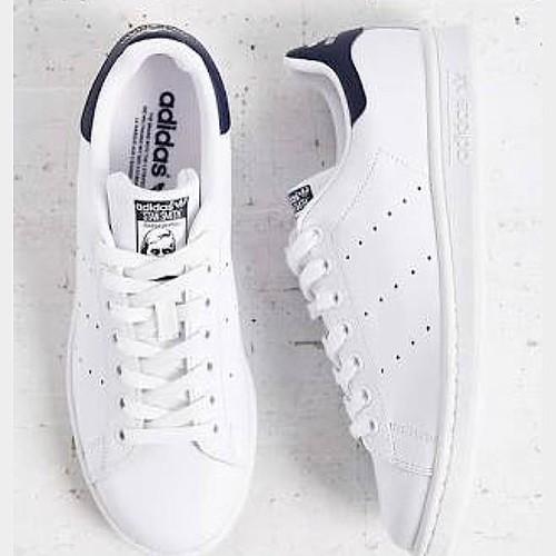 Um dos clássicos Adidas, Stam Smith , o icônico modelo da marca surgiu nas quadras de basquete nos anos 70. Atualmente é um sucesso