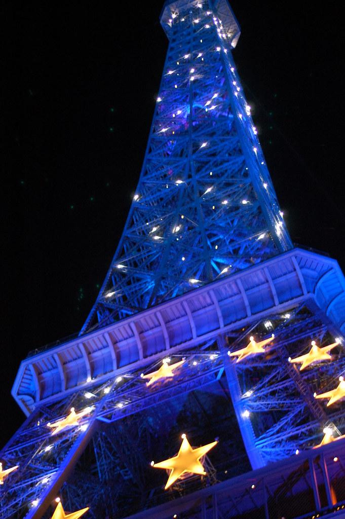 La Torre Eiffel se engalanó durante la Presidencia de turno francesa, en 2008 / Fuente: Flickr, KLMircea