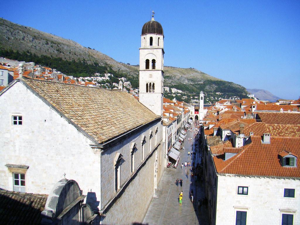 Calle Placa Stradun Monasterio convento iglesia campanario de Franciscanos Dubrovnic Croacia 01