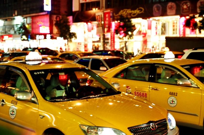 這計程車也太亮了吧