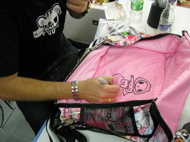 Simone signs my bag