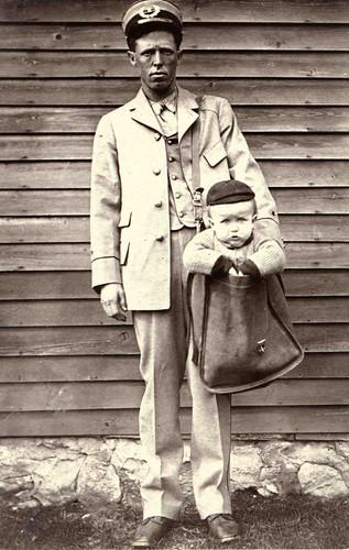 Foto humorística sobre el envío por correo de niños que se llegó a dar.
