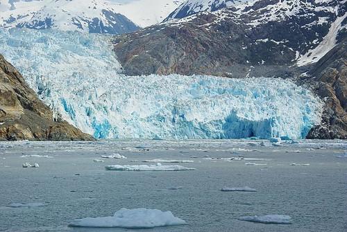 Glaciers Sawyer dans une lumière bleue vue depuis la mer