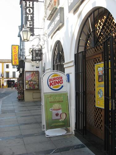 Pizarra abatible publicidad entorno Mezquita Córdoba.