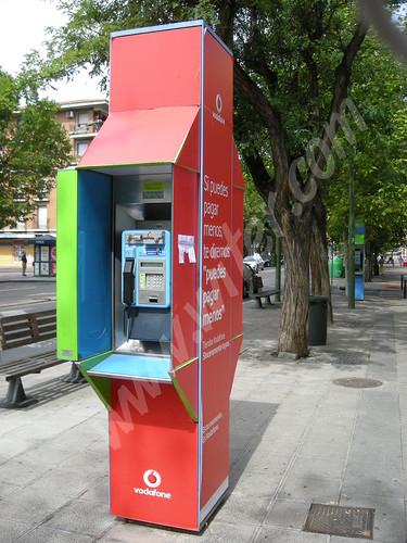 Cabina de Telefónica recubierta de publicidad de Vodafone