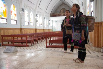 Hmong-Mädels in Kirche
