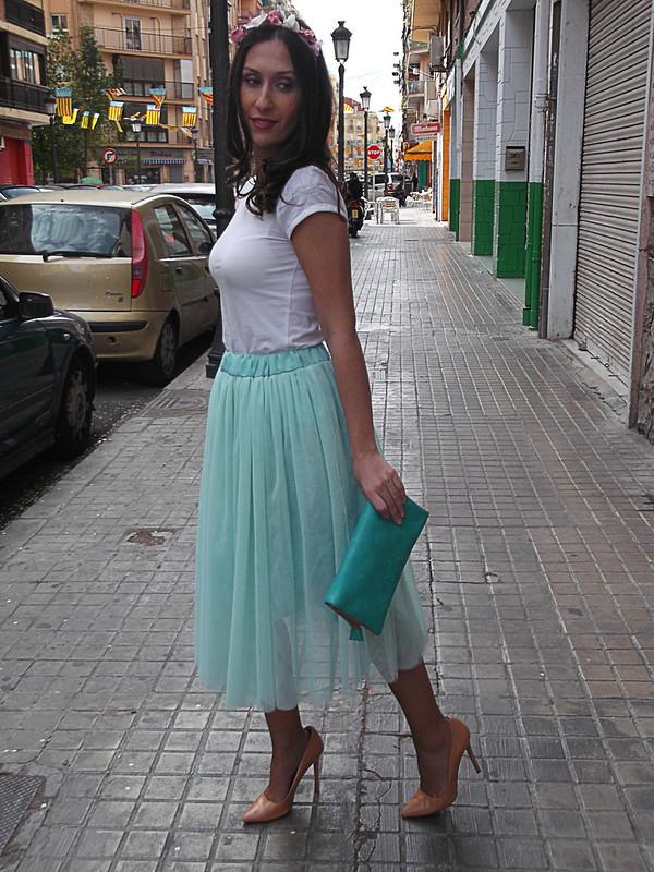 falda de tul aguamarina, top básico crudo, stilletos nude, tiara de flores, fairy tale, aqua tulle skirt, basic beige top, nude stilletos, tiara of flowers, mango, suiteblanco, zara, nanuc